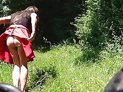 自然の中の女の子アップ スカート selfie。女の子岩公共下