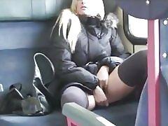 金髪 ho 一撃性交を夏バテし、電車の中で飲み込む