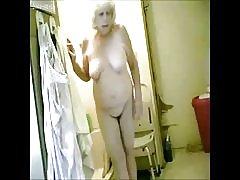 素晴らしい!浴室で私の熱いおばあちゃんをスパイ