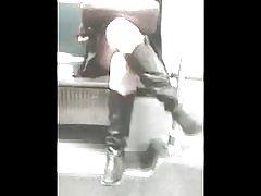 地下鉄のブーツとスカート