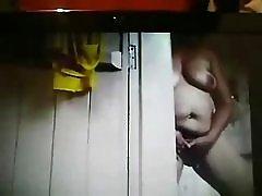 隠されたカムをキャッチ私の角質のお母さんのシャワーで手マン