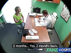 見事な金髪の Fakehospital は、彼女の医師のコックを望んでいます。