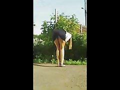 魅力的な女の子がミニスカートで曲がる右上