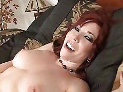 成熟した赤毛の熟女が自分を触れる