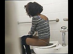 スキニー黒尻 - 隠されたトイレのカム